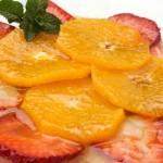 Диетична салата от портокали и ягоди