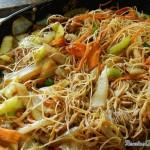Оризово фиде със задушени зеленчуци