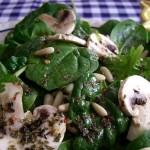 Диетична салата от спанак и гъби